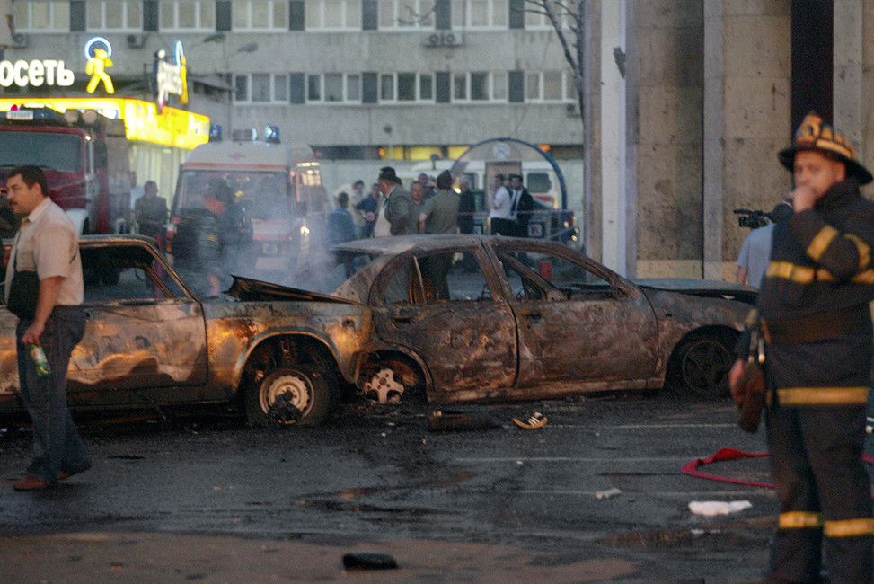 Последствия террористического взрыва наплощади устанции метро «Рижская», 21августа 2004. Фото: Дмитрий Лебедев/ Коммерсантъ