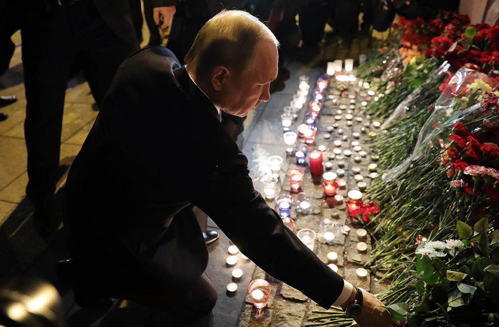 Президент России Владимир Путин возложил цветы впамять опогибших врезультате взрыва вметро Санкт-Петербурга. Фото: Сергей Коньков/ ТАСС