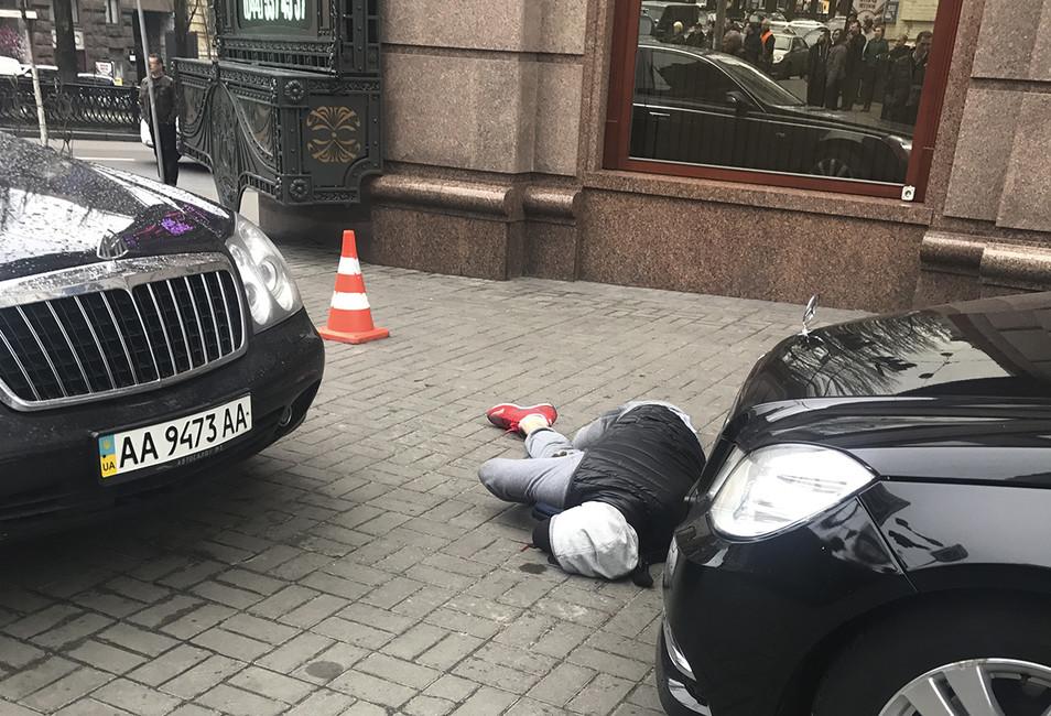 Смертельно раненый Павел Паршин впервые минуты после убийства Дениса Вороненкова. Фото: Alisa Berezutska/ Reuters