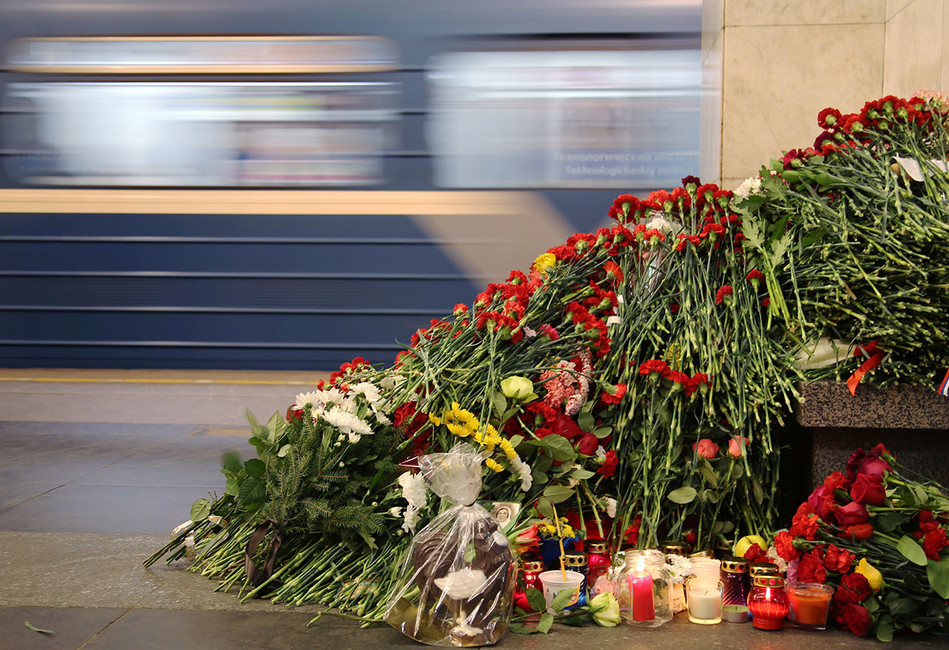 Наакцию памяти жертв теракта собирали массовку заденьги. Выяснили, кто это был