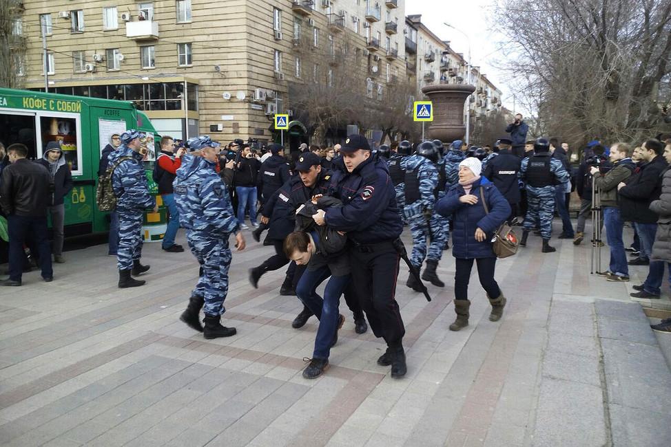 Задержание вовремя антикоррупционного митинга вВолгограде. Фото: vk.com/dimon_vlg