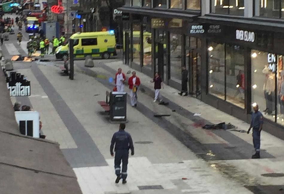 ВСтокгольме грузовик врезался втолпу, есть погибшие