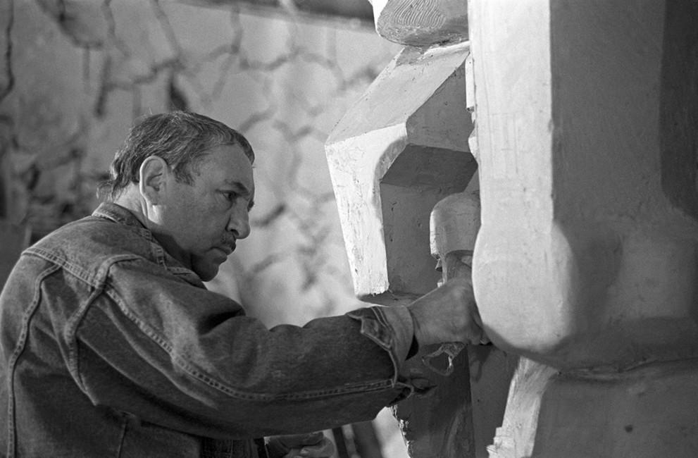 Скульптор Эрнст Неизвестный заработой над монументом «Маски скорби». Фото: Анатолий Семехина /Фотохроника ТАСС