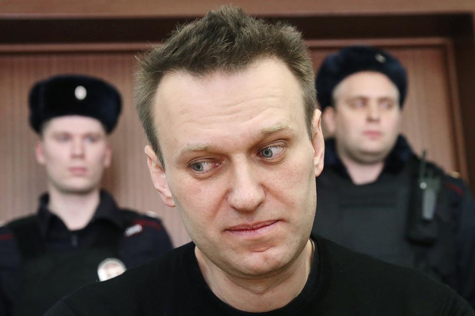 Навальный: «Мне любопытно, что Медведев неподает всуд»