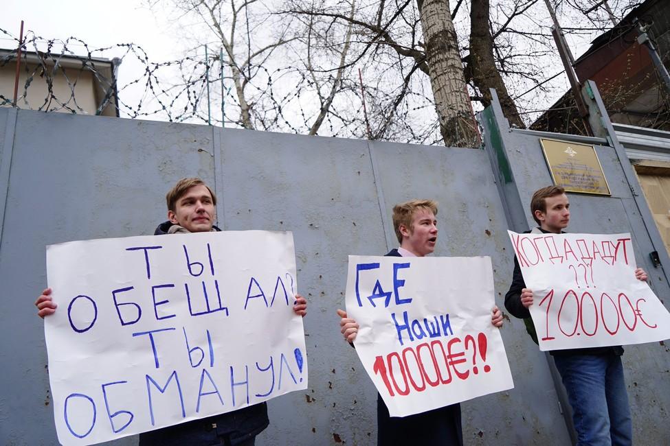 Фабрика обманутых школьников. Плющев разоблачил прокремлевских активистов, ждавших Навального успецприемника