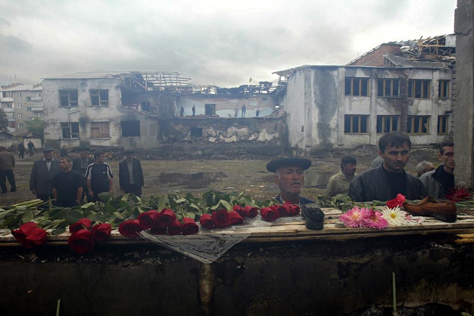 Сгоревший спортивный зал вгородской школе №1. Беслан, 5сентября 2004года. Фото: Илья Питалев/ Коммерсантъ