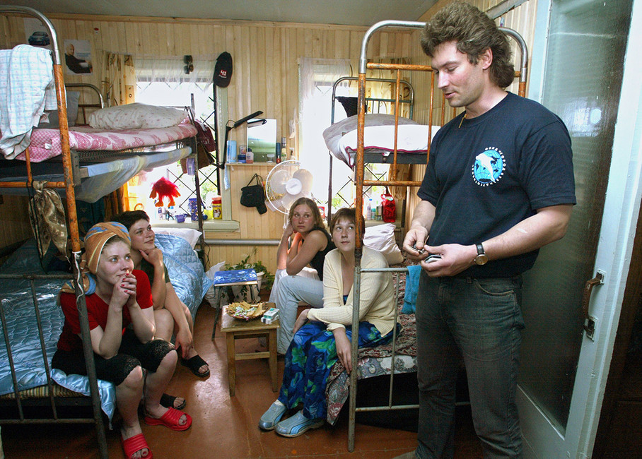 Глава благотворительного фонда «Город без наркотиков» Евгений Ройзман собитателями реабилитационного центра для наркозависимых, который действует при фонде, 2004год. Фото: Анатолий Семехин/ ТАСС