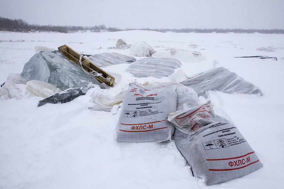 Мешки стоксичными химикатами наповерхности реки Сула. Фото: Андрей Николаев