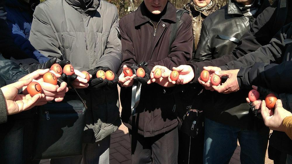 Новые формы пикета. Как чебоксарских активистов судят за«соединение яиц»