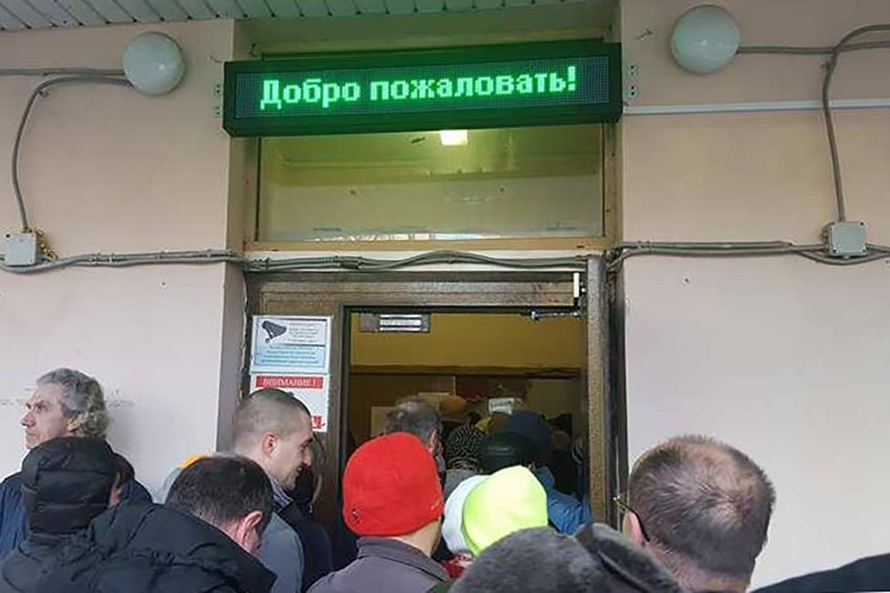 Вход вшколу, где проводилась встреча. Фото: Алексей Сочнев