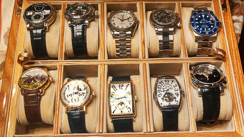 Ручки иззолота, дорогие часы, черепашка ваквариуме: трофеи губернаторских обысков