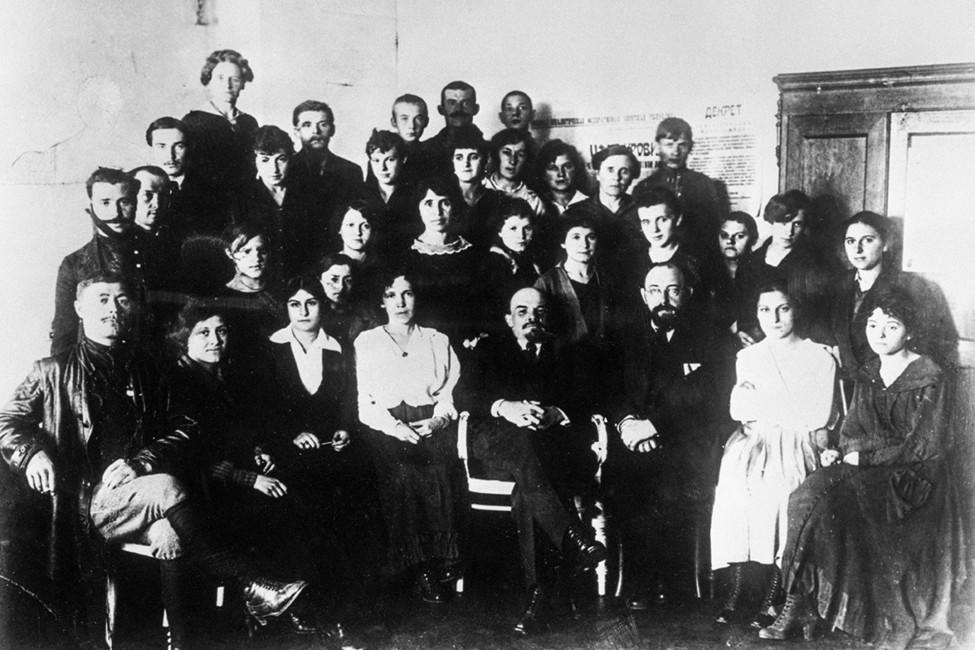 Юлий Мартов (впервом ряду третий справа) иВладимир Ленин (четвертый справа) сгруппой делегатовII съезда РСДРП. Фотохроника ТАСС
