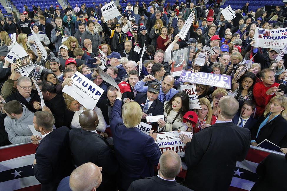 Президент США Дональд Трамп (вцентре) сосвоими сторонниками. Фото: Brian Snyder/ Reuters