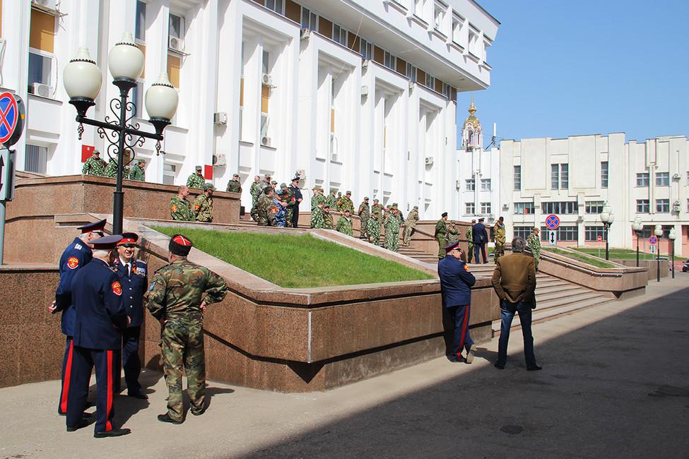 Казаки около входа вприемную президентаРФ вТамбове. Фото: Станислав Савончик