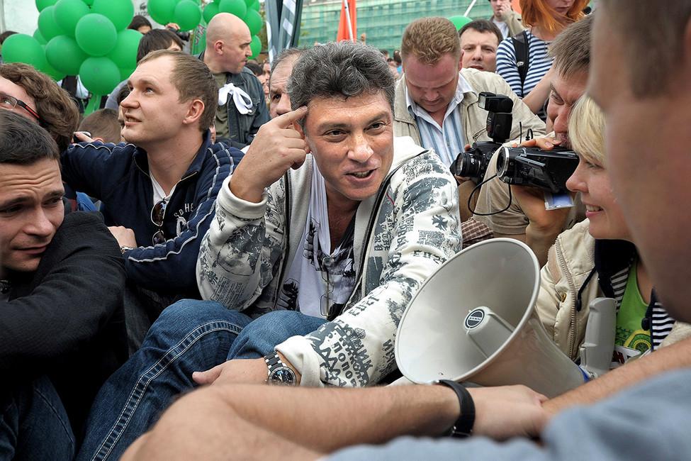 Борис Немцов вовремя «сидячей забастовки» на«Марше миллионов», 6мая 2012года. Фото: Александр Миридонов/Коммерсантъ