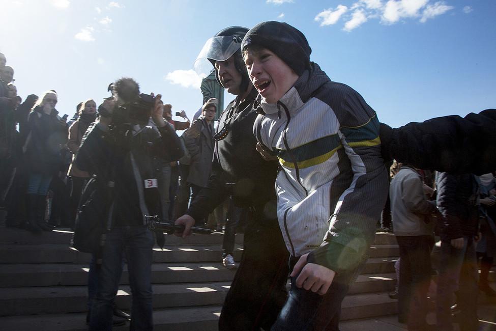 Задержание вовремя акции протеста против коррупции наПушкинской площади. Москва, 26марта 2017года. Фото: Николай Винокуров/ AFP