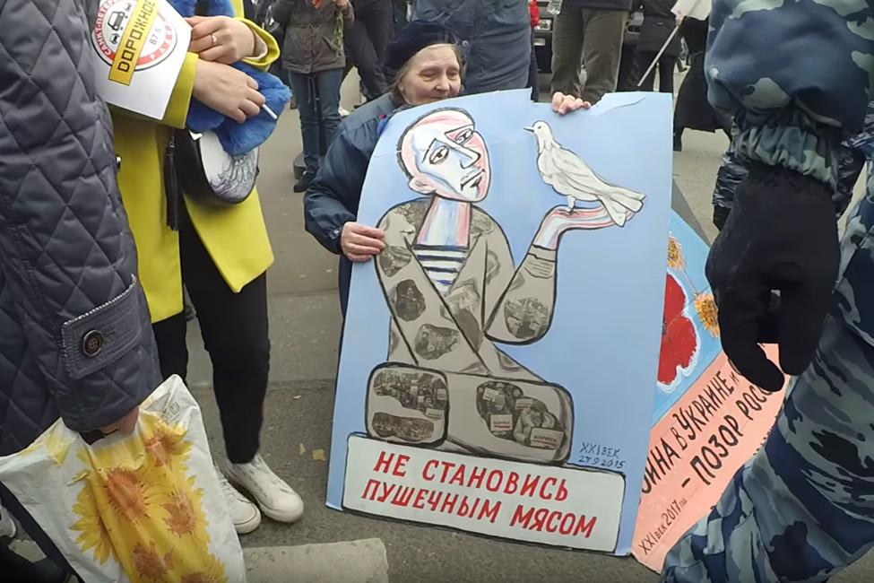 «Выпозорите нашего президента». Сторонники Путина вДень Победы пытались разогнать антивоенный пикет