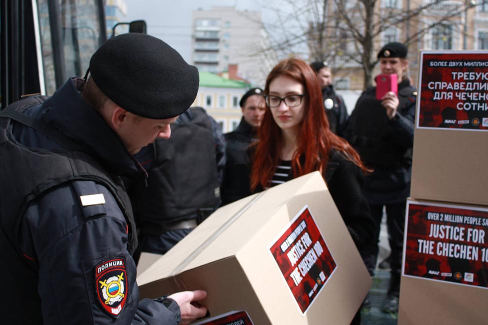 Задержание активистов. Источник: Марта Хромова/ Facebook