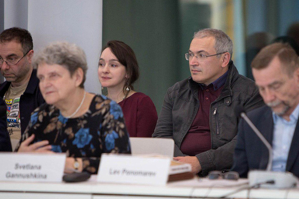 Светлана Алексеевна Ганнушкина (вторая слева) иМихаил Ходорковский (второй справа) наконференции памяти Юрия Шмидта. Фото: Открытая Россия