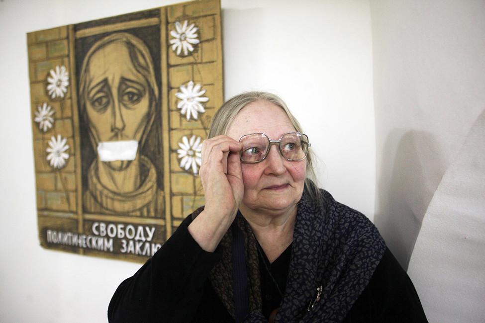 Елена Осипова навыставке политического плаката идругих своих работ. Фото: Елена Пальм/ Интерпресс/ ТАСС