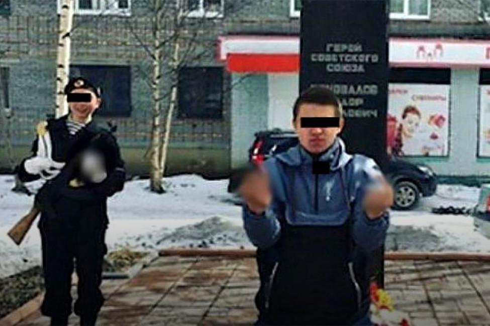 Полиция проверит фото сподростками, показывающими средний палец нафоне мемориала Герою СССР
