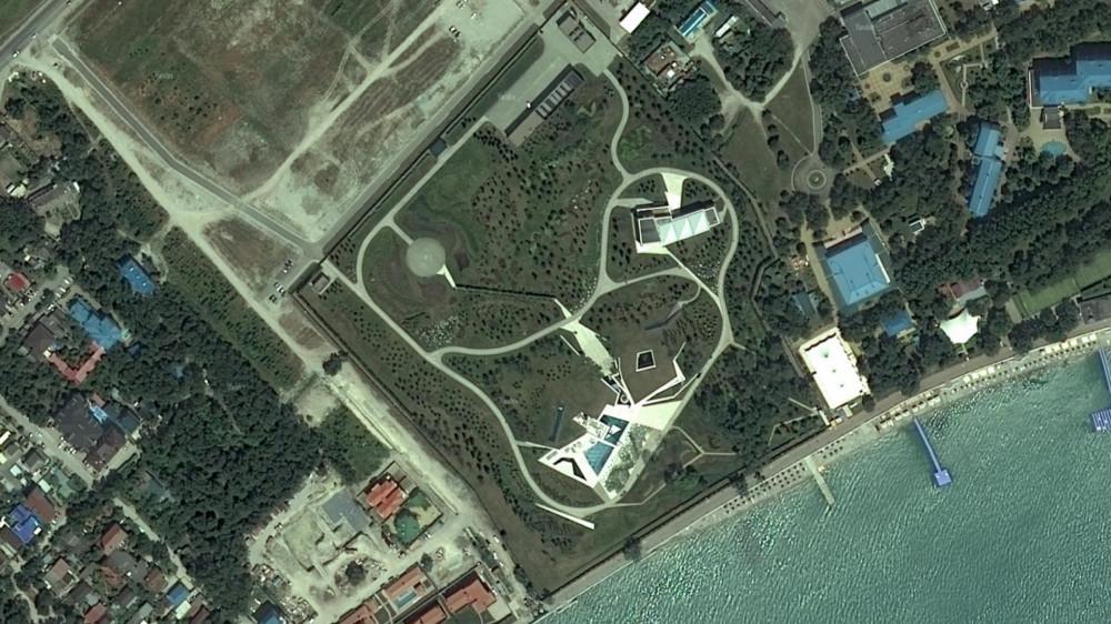 Загадочные владения наТонком мысу вГеленджике. Наснимке изкосмоса можно рассмотреть два здания, вертолетную площадку иландшафтный парк. Источник: «Яндекс.Карты»