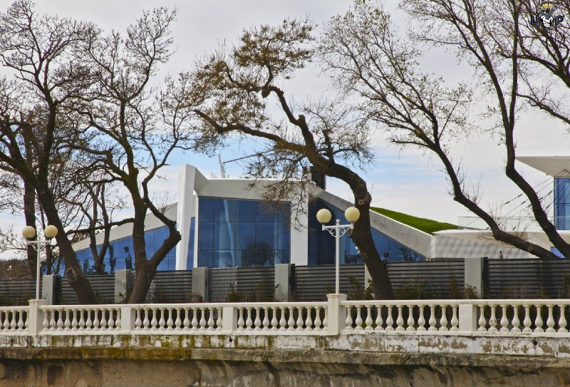 Накрыше главного здания—газон. Фото: ЦУР