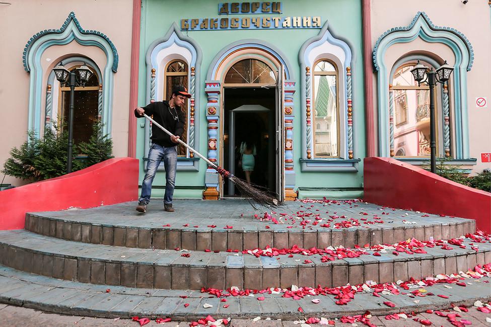 Памятка измосковского ЗАГСа: молодоженов нельзя осыпать конфетами— это может привлечь попрошаек ибомжей