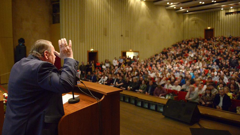 «Лучше неверить никому». Очем говорили чиновники идепутаты навстрече сжителями Южного округа Москвы