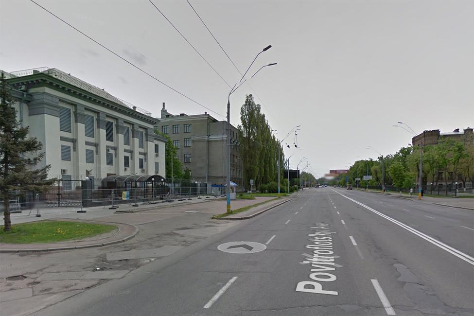 Воздухофлотский проспект ироссийское посольство (слева) вКиеве. Фото: google maps