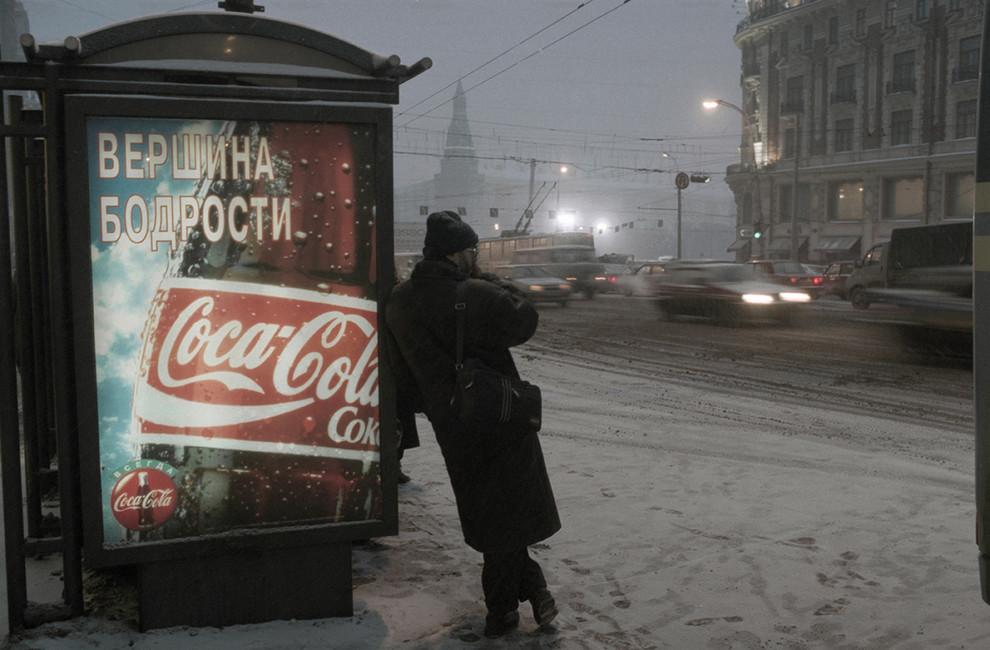 Остановка общественного транспорта срекламой наТверской улице. Москва, 1996год. Фото: Христофоров Валерий/ Фотохроника ТАСС