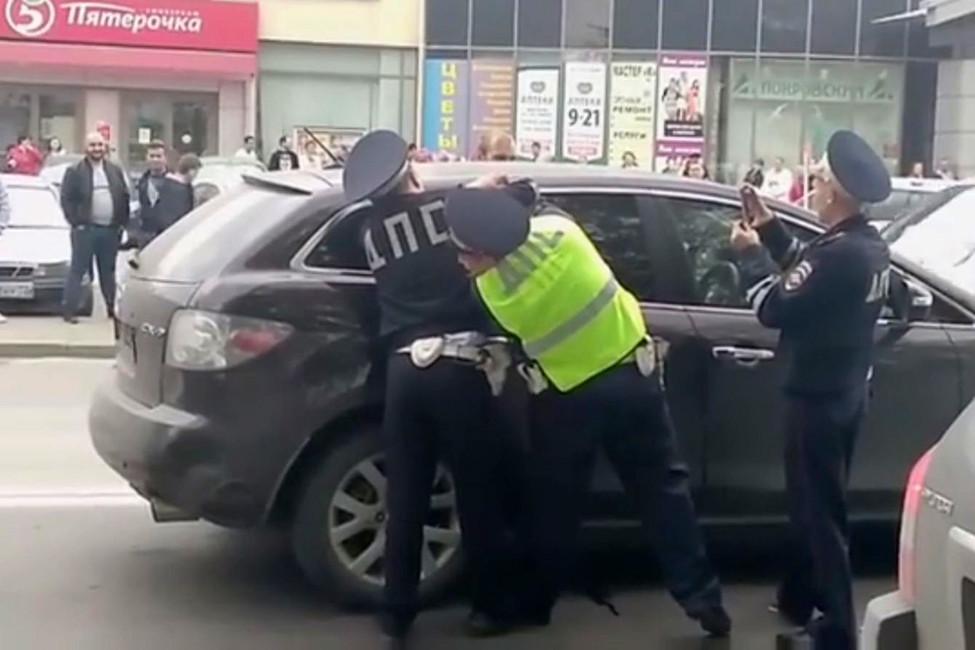 Сотрудники ГИБДД вынуждали женщину выйти измашины при помощи газовых баллончиков