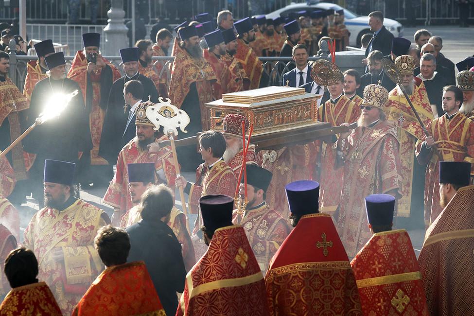 Святое стояние: как патриарх Кирилл стал выводить наулицы миллионы россиян