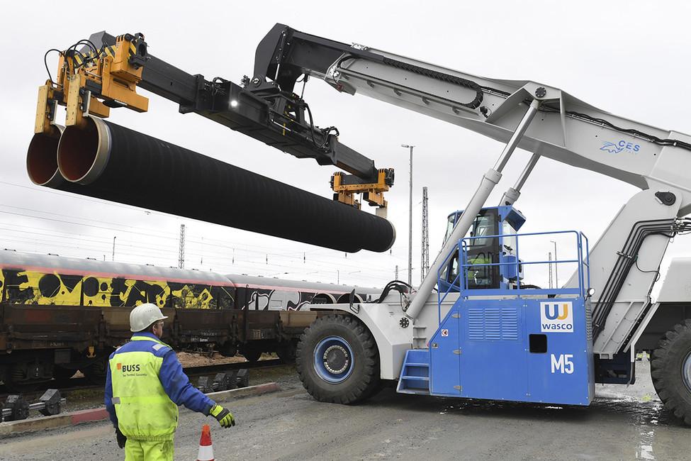 Разгрузка труб, которые будут использоваться встроительстве газопровода «Северный поток-2». Фото: Stefan Sauer/ AP/ East News
