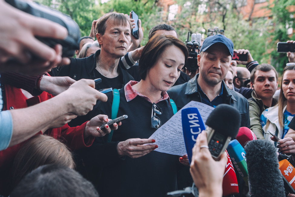Актеры Чулпан Хаматова (вцентре) иЕвгений Миронов (крайний справа) утеатра «Гоголь-центр»