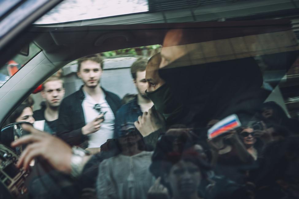 Машина ОМОНа уезжает отздания «Гоголь-центра»