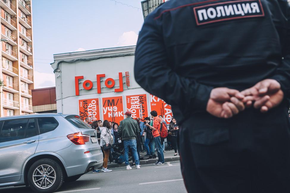 Сотрудник полиции уздания «Гоголь-центра»