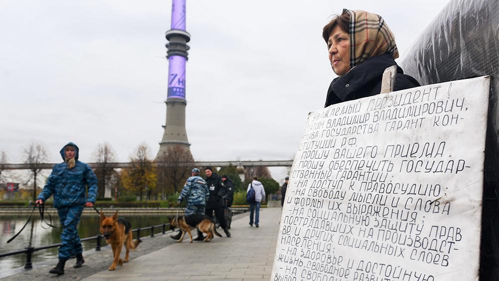 Мать шахтера, оставшегося инвалидом, уже пять лет устраивает пикеты вМоскве