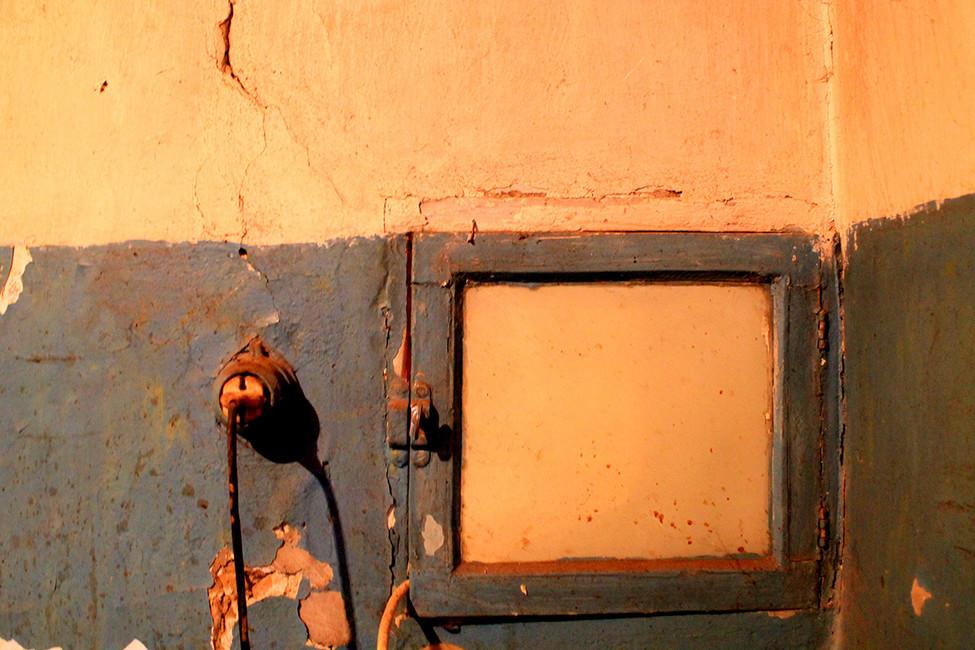 Окошко для передачи пищи вбывшем здании лазарета. Фото: Лариса Бахмацкая