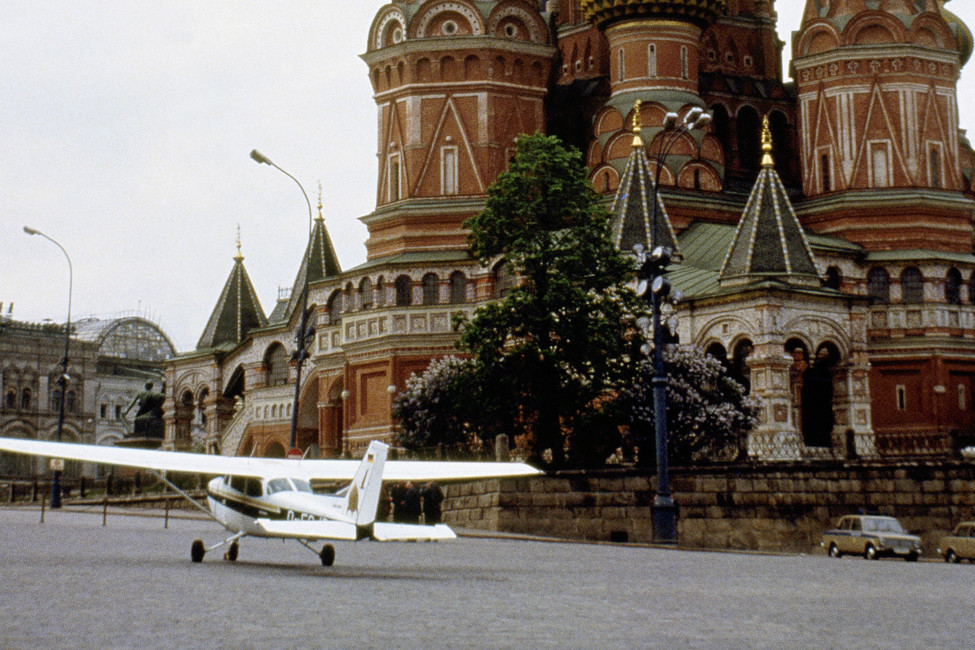 Самолет Матиаса Руста наКрасной площади, 1987год. Фото: AP/ East News