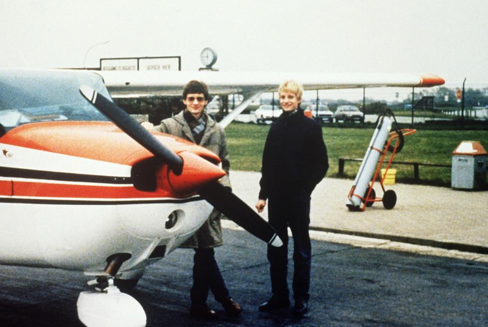 19-летний Матиас Руст (слева) сосвоим братом ваэропорту города Хельсинки. Финляндия, май 1987года. Фото: AFP