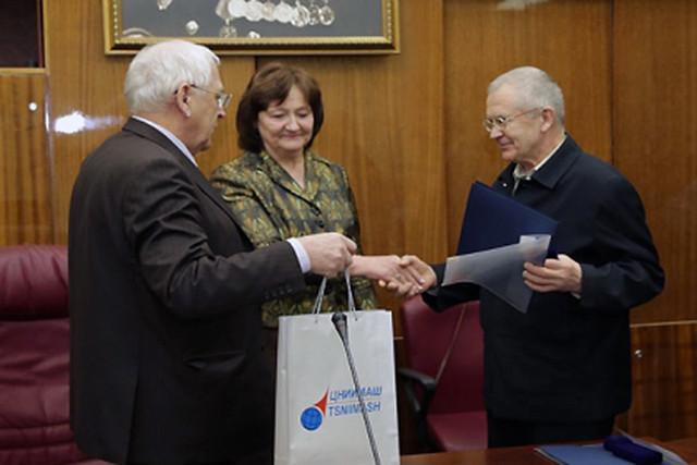 Владимиру Лапыгину (справа) вручают серебряную медаль имени академика Уткина. Фото: tsniimash.ru