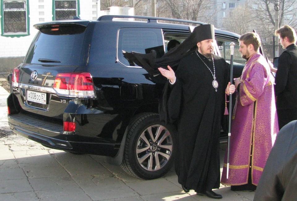 Епископ Ливенский иМалоархангельский Нектарий около своего внедорожника. Фото: Открытая Россия