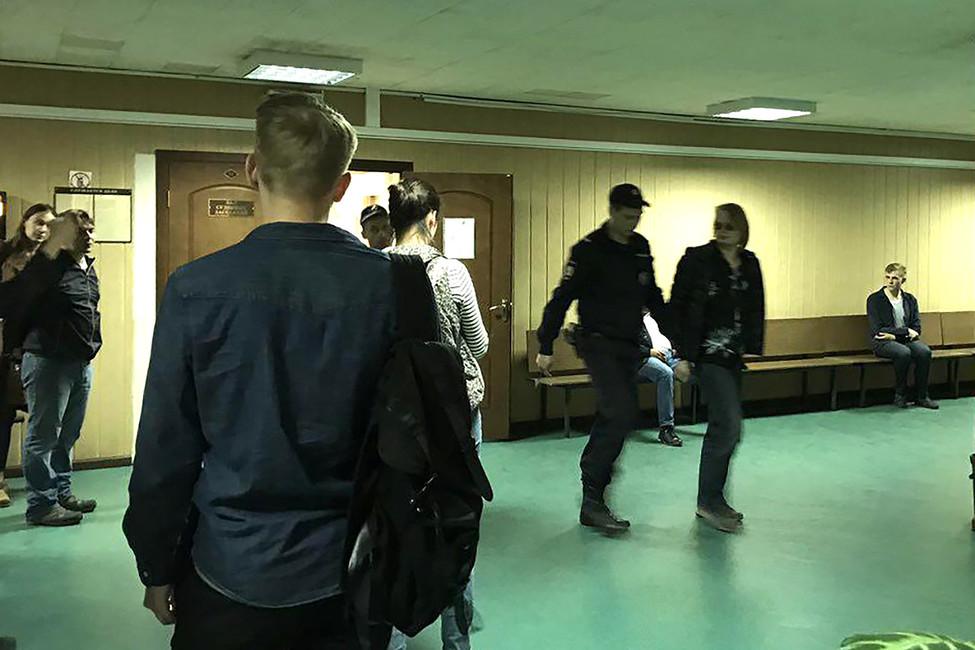 Дмитрия Богатова (крайний справа) конвоируют взал суда, 29мая 2017года. Фото: Открытая Россия