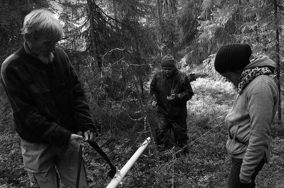 Юрий Дмитриев (крайний слева) вовремя поиска захоронений. Фото: София Панкевич
