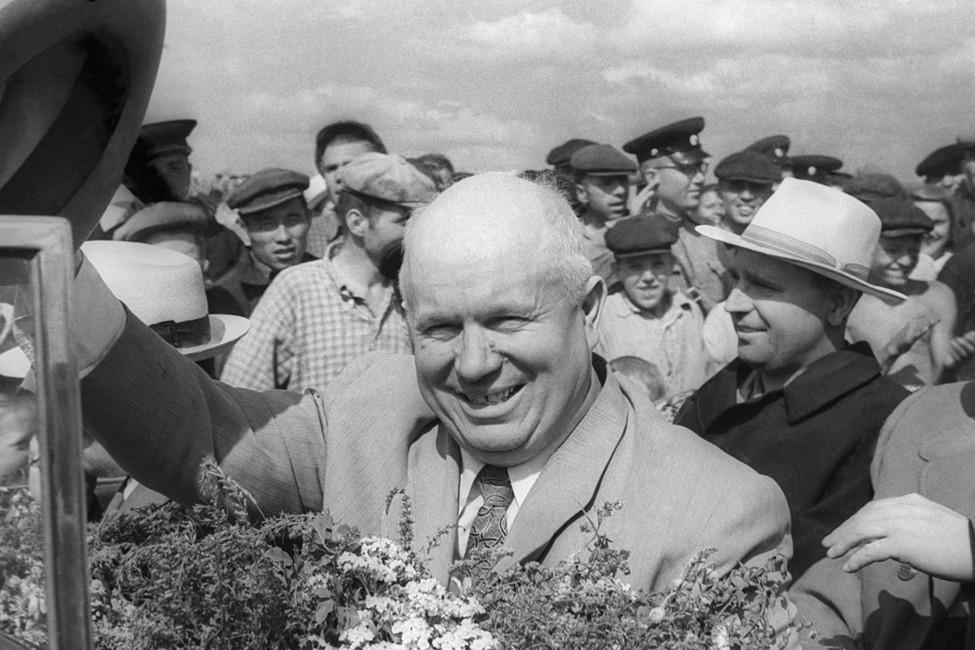 Никита Хрущев вовремя посещения совхоза «Озерный» Адамовского района, 1956год. Фото: Борис Клипиницер/   Фотохроника ТАСС