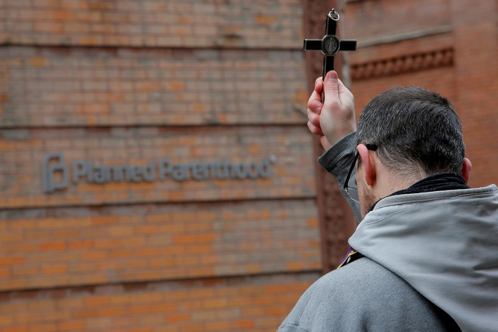 Священник возле центра планирования семьи вНью-Йорке. Фото: Andrew Kelly/ Reuters