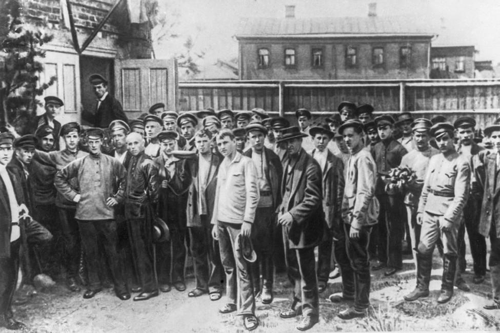 Петроградских рабочих мобилизуют наборьбу сЛ.Корниловым. Фотохроника ТАСС
