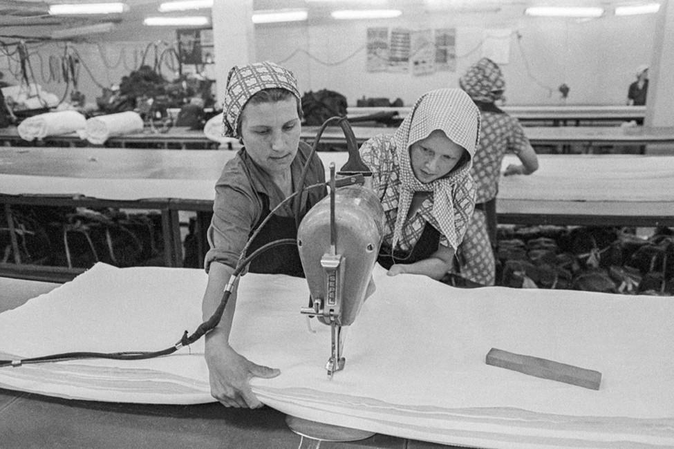 Осужденные вовремя работы нашвейной фабрике. Фото: Клипиницер Борис/ Фотохроника ТАСС