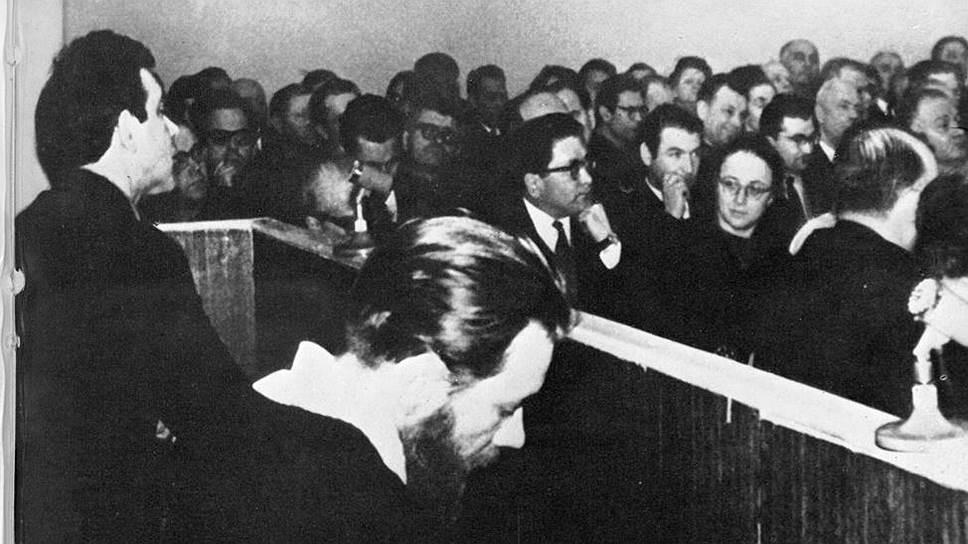Юлий Даниэль (слева) иАндрей Синявский взале суда, февраль 1966года. Фото: Архив «Мемориала»